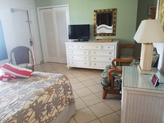 Tropic Isle Beach Resort: Studio units are spacious offered w/ King, queen or twins