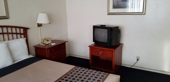 Coral Reef Inn & Suites: Bedroom with CRT TV