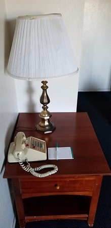 Coral Reef Inn & Suites: Stains on the lamp shade and the phone was grey from people using it and not being cleaned.