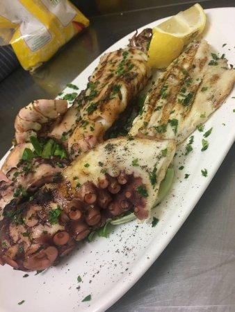 Sommariva del Bosco, Włochy: Grigliata di pesce Pizza regina con la Bufala