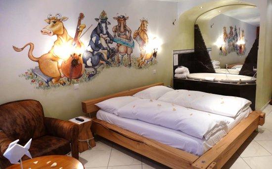 Merlischachen, Switzerland: Kuhglocken Suite mit Jacuzzi