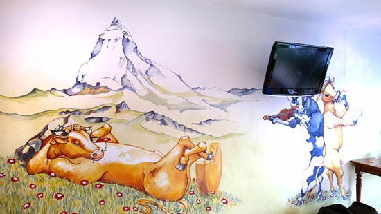 Merlischachen, Schweiz: Kuhglocken Suite, Wandgemälde gegenüber den Betten