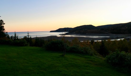 Cliffside Suites : Sunset over Bay of Fundy