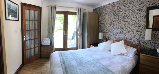 Llanfor, UK: Bedroom with En Suite at Cysgod Bach
