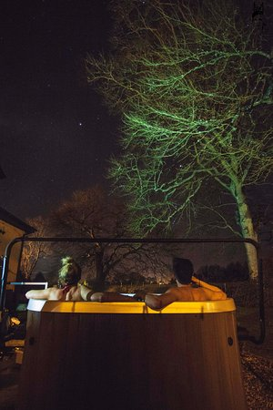 Llanfor, UK: Enjoy the hot tub under the stars