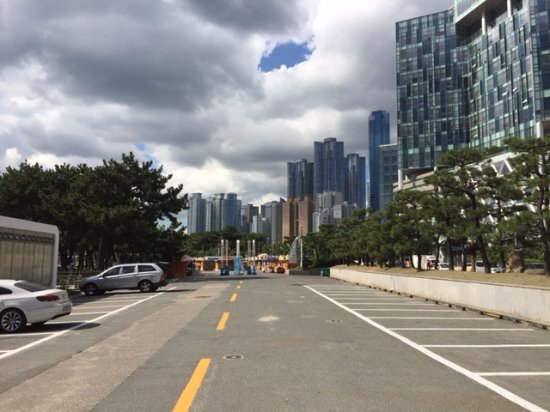 Haeundae Beach: view from the street: beach is left, city is right