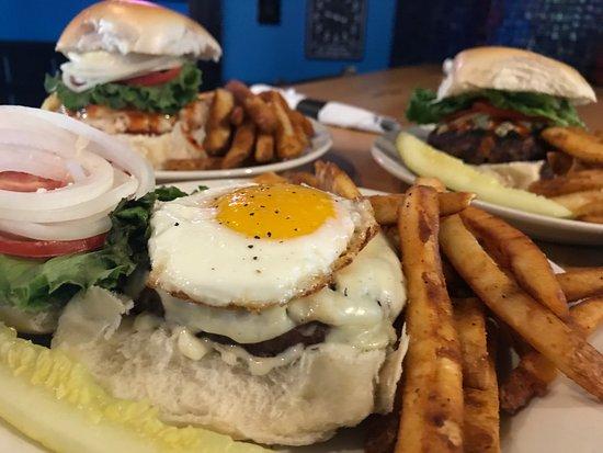 Birdsboro, بنسيلفانيا: BRUNCH  sunny side up egg, bacon, American,  lettuce, tomato, onion, maple-bourbon mayo 