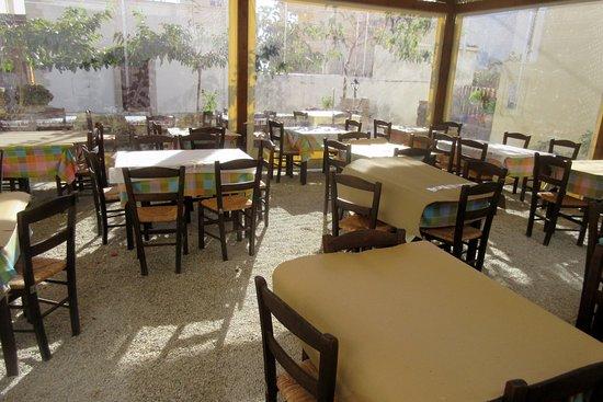 Aunts Tavern: Early morning: Empty restaurant