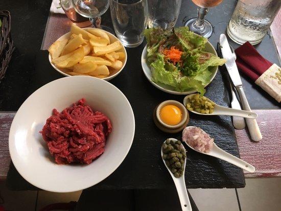 Aigre, França: Un steak tartare très frais parfait et la salle personnalisée, assez rigolo!