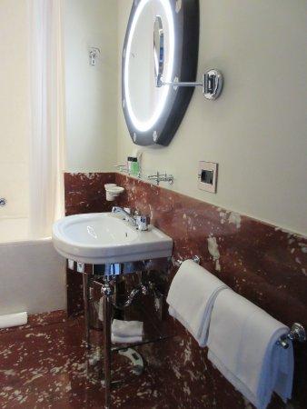 Badkamer met bad - Picture of Hotel L\'Orologio, Venice - TripAdvisor