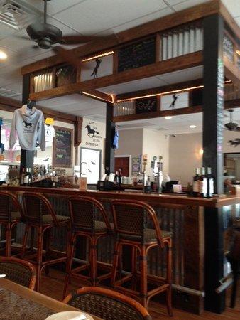 White Marsh, เวอร์จิเนีย: Small bar in the center of the restaurant