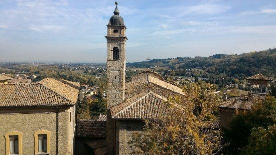 Ristorante Taverna del Falconiere: Vista dal ristorante sul borgo