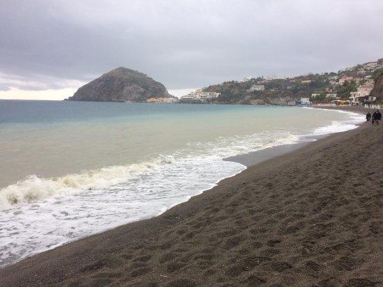 Antiche Terme Romane di Cavascura: Das Tal der Cavascura geht direkt an den Strand. Hier nach starken Regenfällen. Blick Richtung S