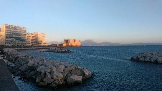 Via Caracciolo e Lungomare di Napoli : Lungomare di Napoli con vista di Castel dell'Ovo