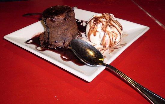 Broccolino: Vulcão de chocolate - um petit gateau com sorvete divino!