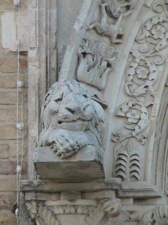 Chiesa di Santa Maria a Mare: Giulianova - Santa Maria a Mare: particolare delle sculture del portale