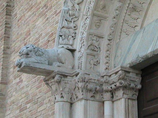 Chiesa di Santa Maria a Mare: Giulianova - Santa Maria a Mare - particolare delle sculture del portale