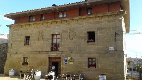 Abalos, Spain: Entrée de l'hôtel donnant sur la place du village