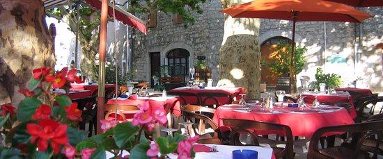 Lanas, France : Notre terrasse ombragée place du village