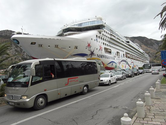 Hotel Rendez-Vous: Huge boat for small town