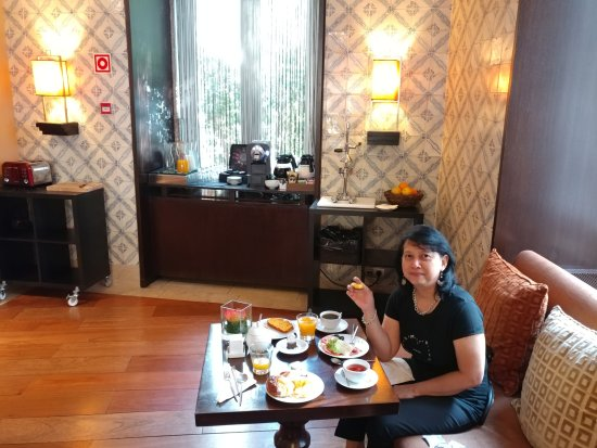 Heritage Avenida Liberdade Hotel: Breakfast in front of juice/coffee/tea bar