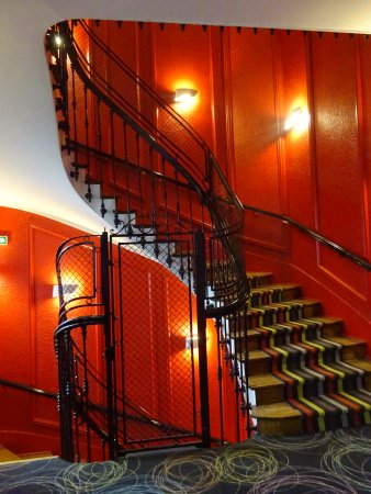 Kyriad Prestige Dijon Centre : A wonderful historic staircase within the hotel