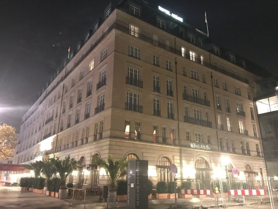 lady in the night picture of hotel adlon kempinski. Black Bedroom Furniture Sets. Home Design Ideas