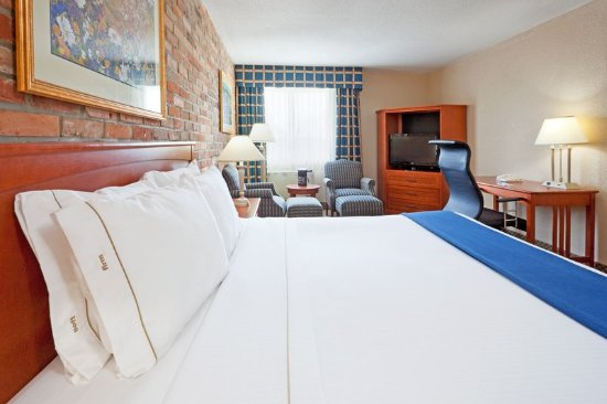 Holiday Inn Express Toronto East: King Bed Guest Room
