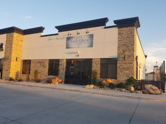 Holiday Inn Kearney: Mac Creek Wine Bar located on Talmadge Street one block away