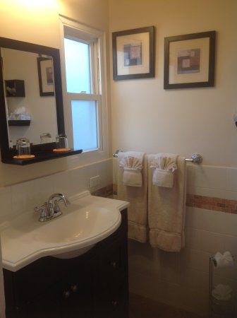 Beach House Inn & Apartments: Also very large and pretty shower, but no bathtub
