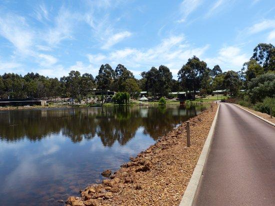 Metricup, Australia: Driveway and lake