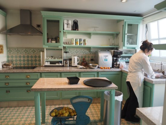 Le Reve Hotel Boutique: Charming Kitchen where there are Afternoon Snacks