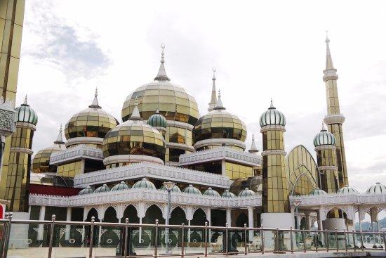 Crystal Mosque: 外観です。日の光を浴びてキラキラと輝いていました。