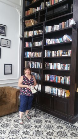 The Alcove Library Hotel: The lobby