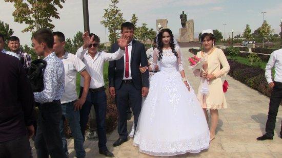 Shakhrisabz, Usbekistan: Gli sposi ossequiano la statua
