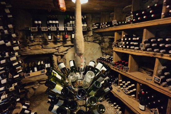 Saint-Julien-Chapteuil, France : Cave à vins