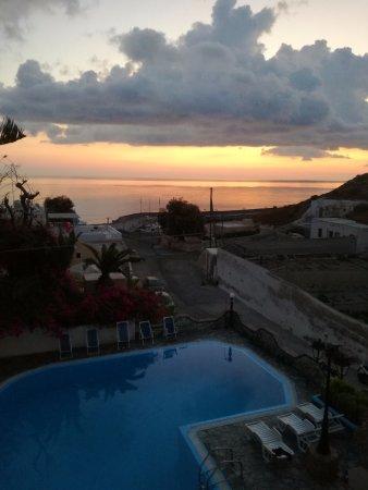 Hotel Porto Castello: Vista dell' alba dall'ultimo piano dell'hotel