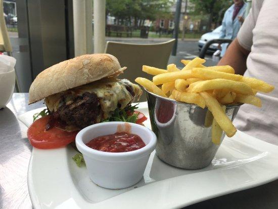 Zest Food & Wine Bar: Burger & chips