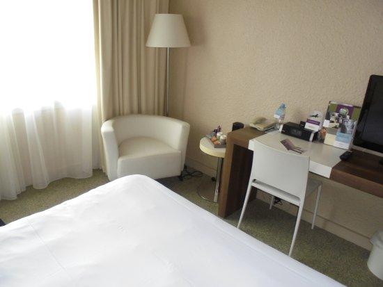 Ussac, France: le bureau et le fauteuil dans la chambre