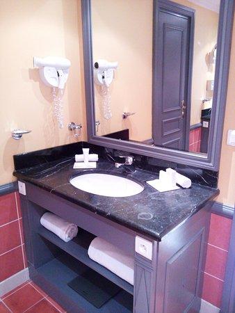 Hôtel Barrière Le Royal Deauville : la salle de bain