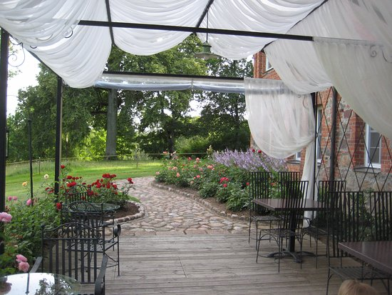 Sieksate, Letonia: Beautiful Restaurant Terrace with rose garden