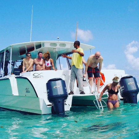 George Town, Grand Cayman: Capt Charles telling guests about the history of Stingray City