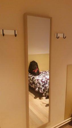 Perchas en la pared y espejo en la habitaci n picture of for Espejo pared habitacion