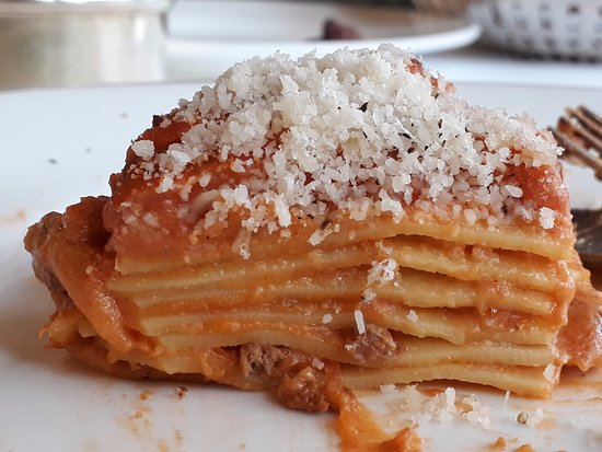 La Matriciana: Lasagne with bechamel sauce between the home-made layers of pasta and bolognese sauce on top.