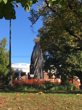 Charlottesville, VA: Lee Statue covered by tarp