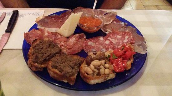 Bettolle, Italien: Assortimento di affettati e crostini toscani 09/09/2017
