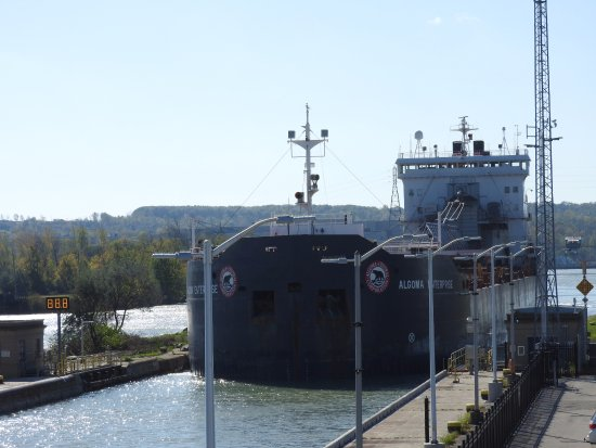 St. Catharines, Canadá: Ship entering Lock 3 (taken from viewing platform)