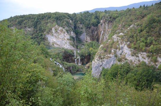 Widok na wodospad Veliki Slap (z prawej) i kaskady Sastavci (w środku)
