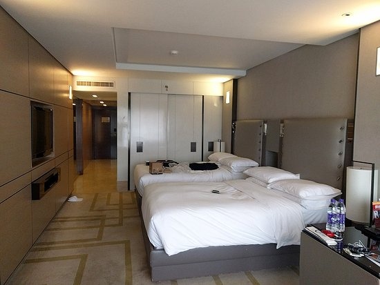 Hilton Beijing Wangfujing: Photo of our twin sharing room with slide-out bathroom walls