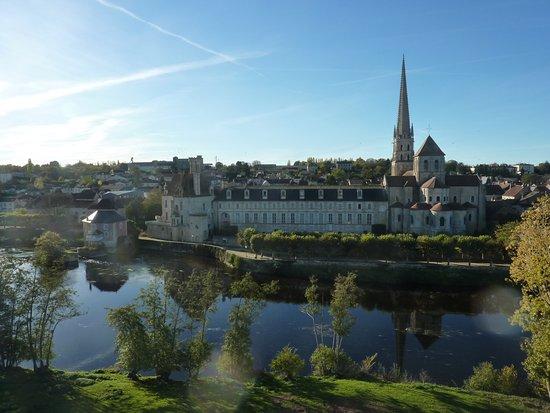 Thure, France: magnifique vue de l'abbaye de Saint Savin à l'envol